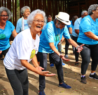 Master adapts capoeira and attracts almost 300 elderly people with Gingoterapia