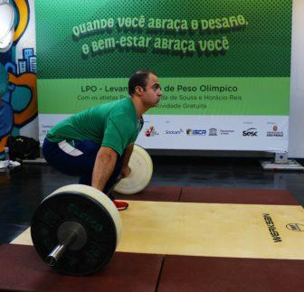 200 pessoas abraçaram o desafio de levantar pesos olímpicos em terminal de ônibus